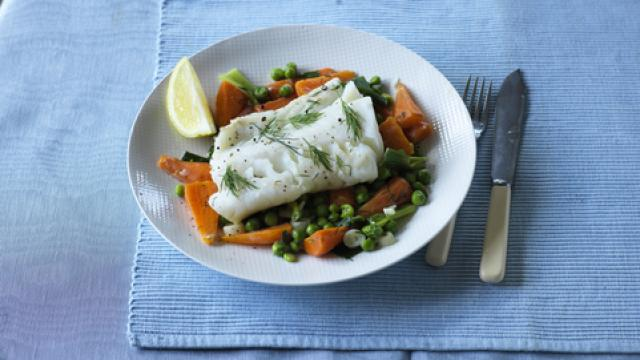 Image of braised cod with spring onions, peas and carrots