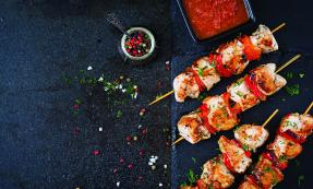 Chicken skewers and sweet peppers