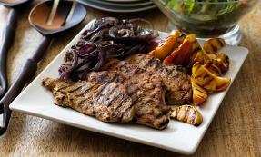 Barbecue pork steaks with apple and garlic