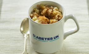 Microwave mug: Apple and cinnamon fruity porridge
